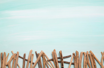 Hintergrund türkis mit Treibholz oder Strandgut als Deko