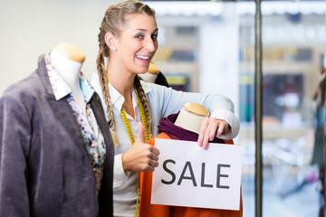 Laden Inhaberin bereitet Rabatt Aktion vor