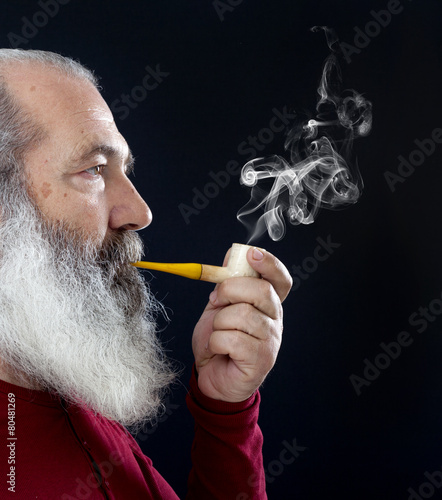 Senior portrait with white beard and pipe - 80481269