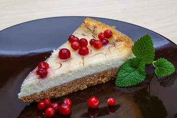 Cheesecake with berries and mint