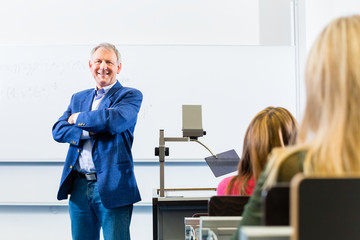 Uni Professor hält vorlesung in Uni