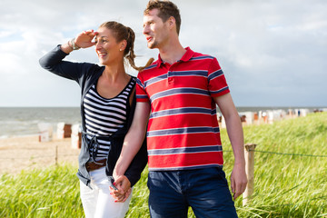 Paar genießt Urlaub in den Strand Dünen