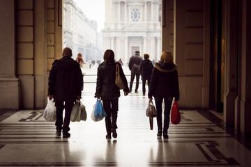 Facendo shopping sotto i portici del centro