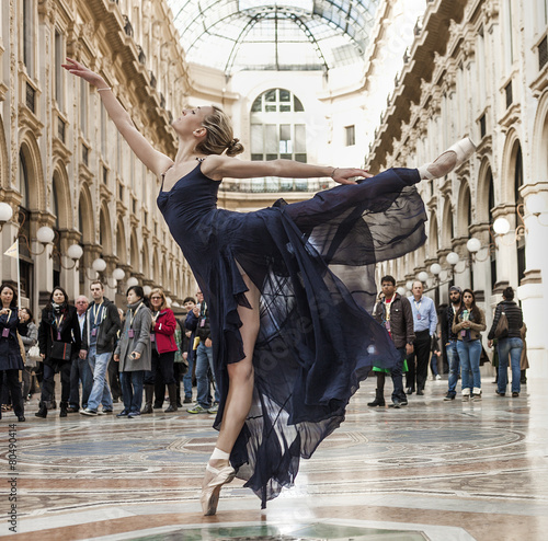 Fotobehang Dans Gorgeous classical dancer performing in Milan