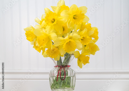 Papiers peints Narcisse Daffodils in a vase in rustic setting - horizontal