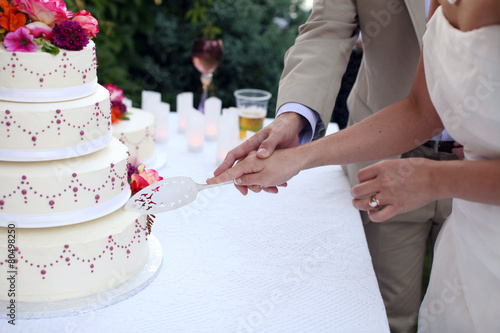 Foto op Plexiglas Dessert Bride and Groom at Wedding Reception Cutting the Wedding Cake