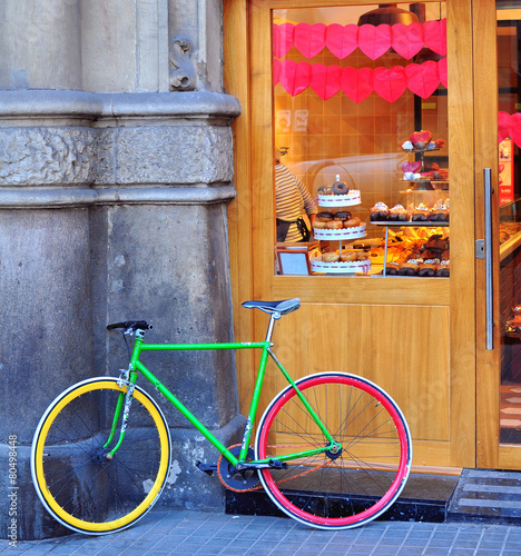 Aluminium Fiets Colorful bike at the bakery