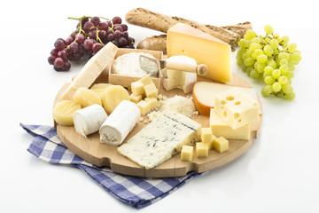 Käseplatte mit verschiedenen Käsesorten und Weintrauben