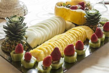 Piatto di frutta: per tutti i gusti ananas kiwi e fragole