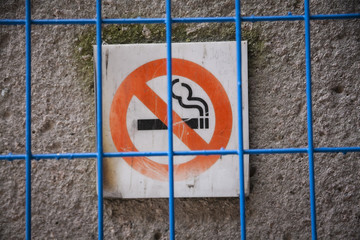 "Schild ""Rauchen verboten"" hinter Gitter, Kanada"