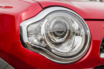 車のヘッドライト  Headlight of the white car