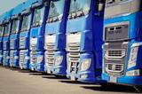 Spedition, viele blaue Laster  parken in einer Reihe, Front