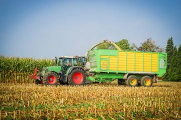 Erntewagen mit Traktor bei der Maisernte