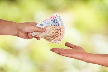 Hand beim Lohn auszahlen