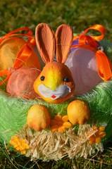 Osterkörbchen mit bunten Eiern im Garten