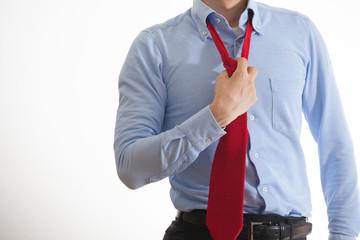 ネクタイをはずすビジネスマン