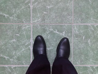 Ботинки на полу из кафельной плитки