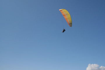 Gleitschirmflieger blauer Himmel