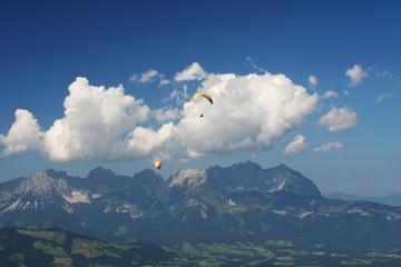 Gleitschirmflieger vor Berg