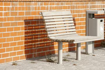 Sitzbank und Abfallbehälter
