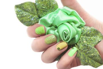 Маникюр с зелёной розочкой.