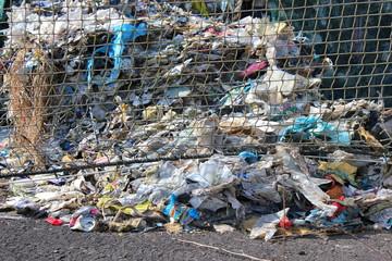 Detailansicht einer Müllhalde für Recycling von Kunststoffen