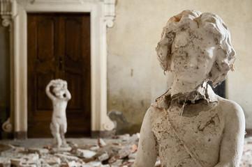 Statue in palazzo abbandonato