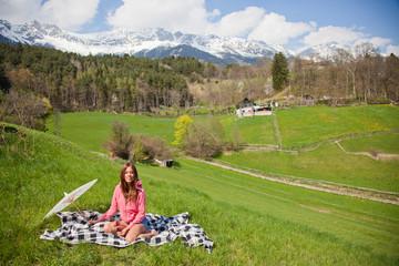 Picknick im Frühling den Alpen