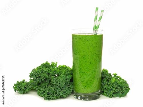 Zdrowy zielony smoothie z kale odizolowywającym na bielu
