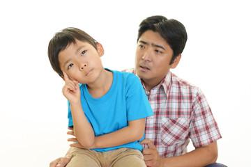 悩む男の子と父親
