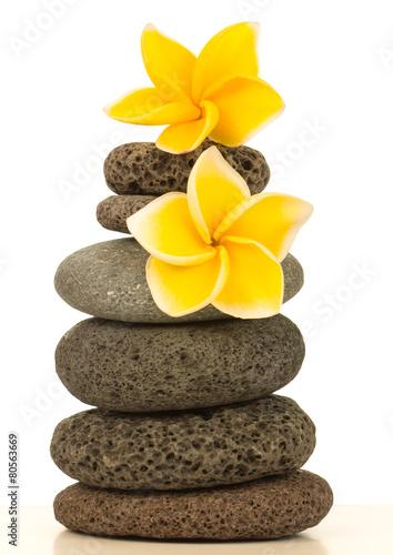 Foto op Aluminium Frangipani fleurs de plumeria jaune sur pyramide de galets