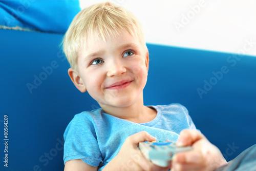 Kocham telewizję . Dziecko z pilotem telewizyjnym - 80564209