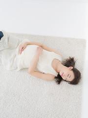 仰向けの若い妊婦