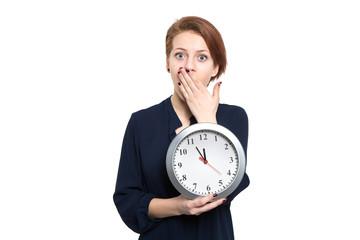 Erschrockene Dame hält Uhr