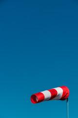 Windsack vor blauem Himmel