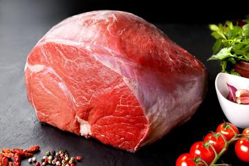 Cerdo sin cocinar fresco y carne de res. carne roja cruda