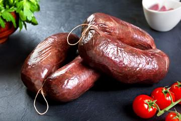 Morcilla fresca sin cocinar con perejil y tomate. carne de cerdo