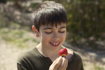 Niño comiendo fresas