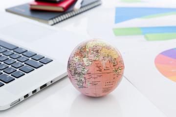 ノートパソコン 地球儀 ビジネスイメージ