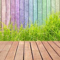 herbe sur fond bois