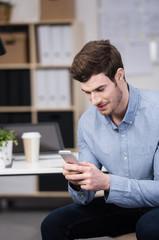 mann liest nachrichten auf seinem mobiltelefon