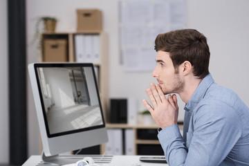 nachdenklicher mann arbeitet am computer