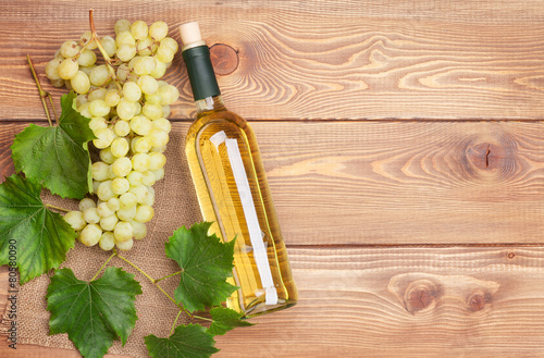White wine bottle and bunch of white grapes - 80580090