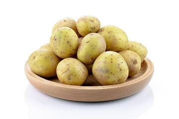 Ziemniaki na drewnianym talerzu