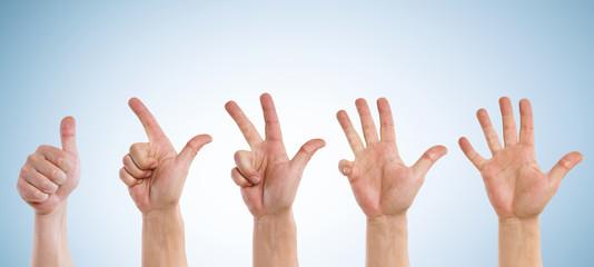 Hände zählen von eins bis fünf  vor blauen Hintergrund