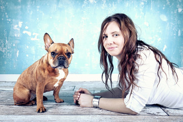 Bulldogge mit Frauchen