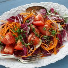 Salat mit Radicchio, Tomaten und Möhren
