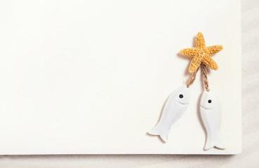 Weißer Hintergrund mit einem Fisch Paar: Reise ans Meer