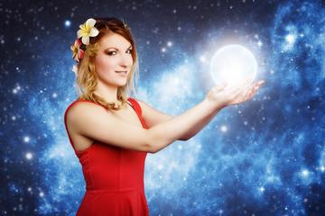 blonde Frau hält leuchtende Kugel