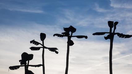 Künstliche Bananenpflanzen als Silhouette vor blauem Himmel